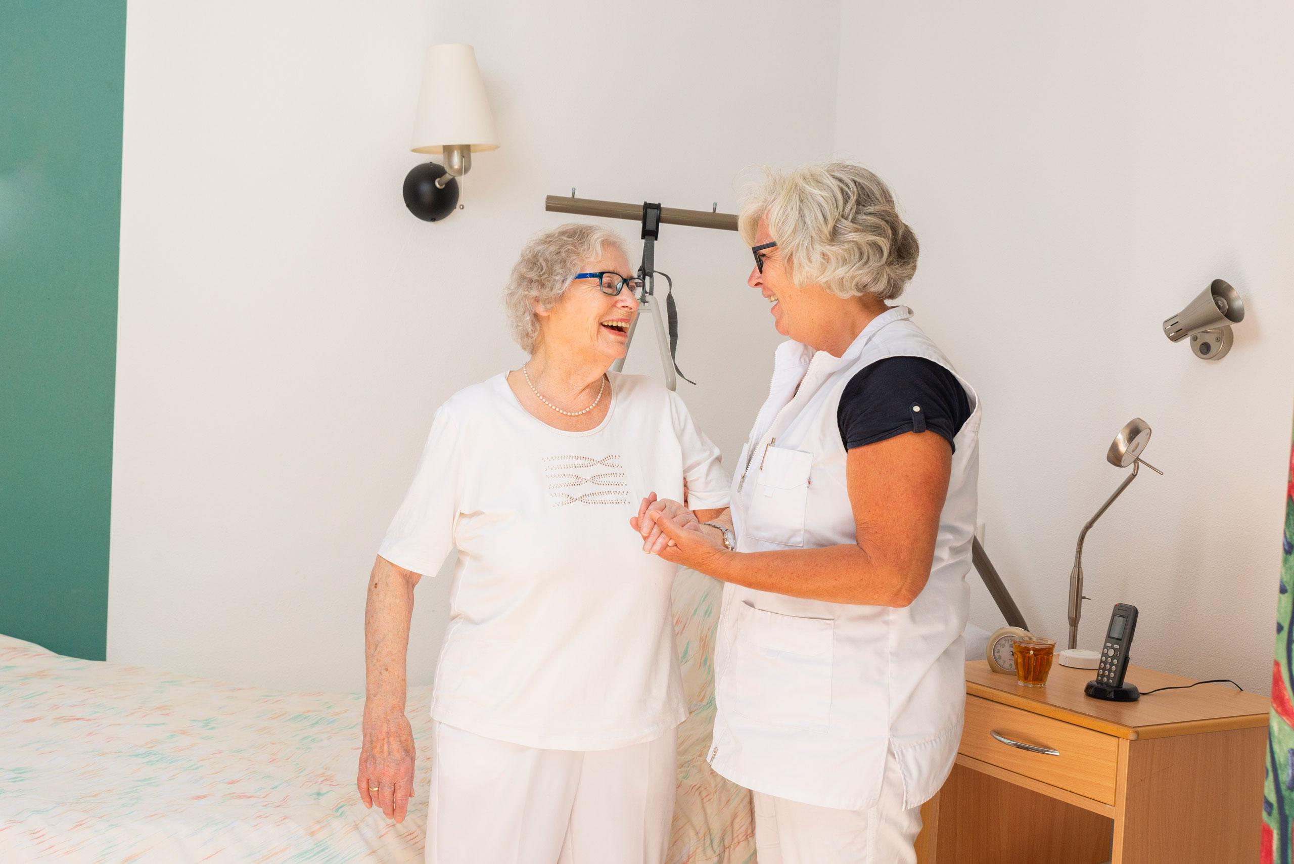 Revaliderende bewoner wordt ondersteunt voor specialist bij het uit bed komen